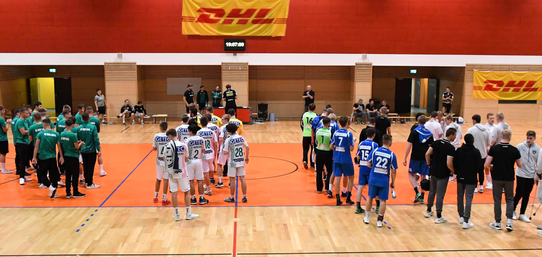 Viele Teams in einer Halle