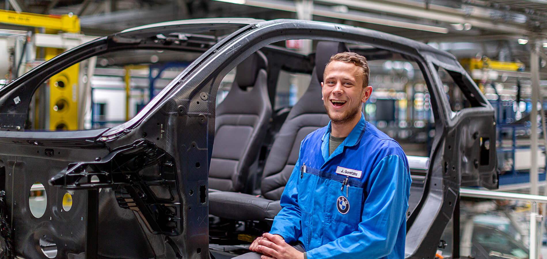 Ein Handballspieler im BMW-Werk